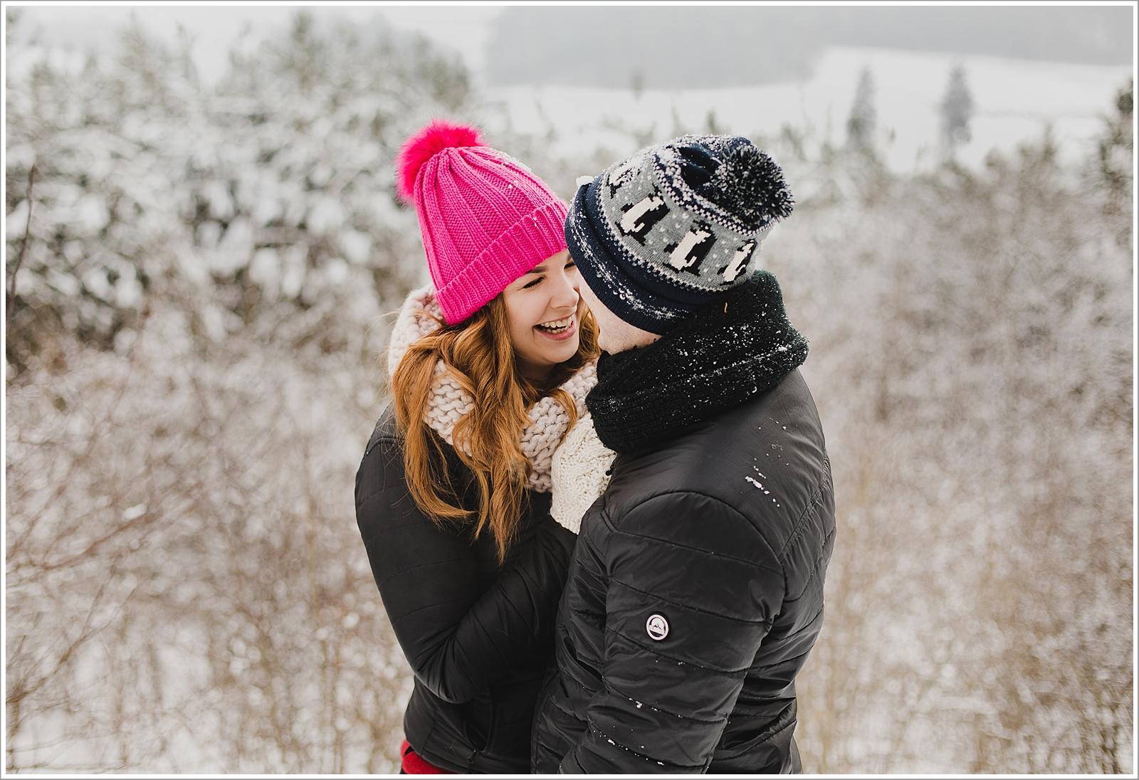 zima, sesja narzeczeńska , plener ślubny, naturalne sesje zdjęciowa, naturalna fotografia, Ełk, Mazury, fotograf ełk